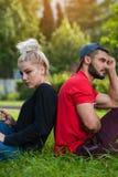 Junge romantische Paare, die auf Natur im Park aufwerfen Lizenzfreie Stockfotografie