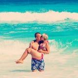 Junge romantische Paare, die auf sandigen Strand legen Stockfotografie