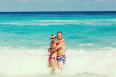 Junge romantische Paare, die auf sandigen Strand legen Lizenzfreie Stockbilder