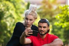 Junge romantische Paare, die draußen selfie machen Lizenzfreie Stockfotos
