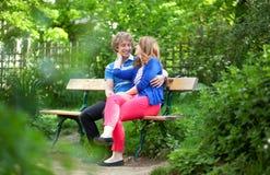 Junge romantische Paare, die ein Datum haben Lizenzfreie Stockbilder
