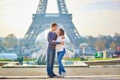 Junge romantische Paare in Paris stockbild