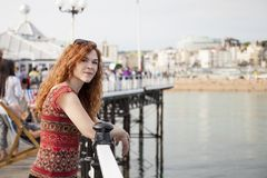 Junge rote Haarfrau im Urlaub stockfotos
