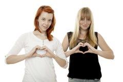 Junge rote und blonde behaarte Mädchen, die Innere singen Stockbilder