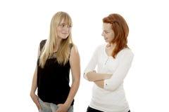 Junge rote und blonde behaarte Mädchen mögen sich Stockfotos