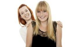 Junge rote und blonde behaarte Mädchen verstecken sich nach zurück Stockbilder