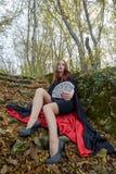 Junge Rothaarigefrau in einem Wald stockfoto