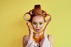 Junge Rothaarigefrau mit shugaring Paste auf ihren Händen, Gesicht, Körper und Kasten lizenzfreie stockfotografie