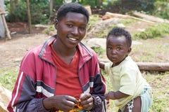 Junge ruandische Mutter mit Kind Stockbild