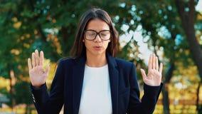 Junge ruhige Geschäftsfrauentspannung, meditierend am grünen Park Mädchen lehnt Druck ab und nimmt Situation, sich beruhigt, atme stockfoto