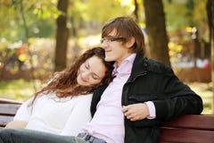 Junge ruhige Paare im Park stockfotografie