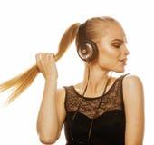 Junge süße begabte Jugendliche beim Kopfhörer-Gesang lokalisiert Stockfoto