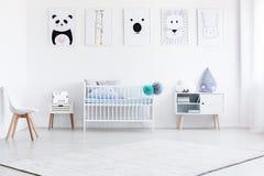 Junge ` s Schlafzimmer mit Galerie stockbilder