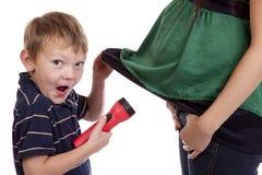 Junge sah den schwangeren überraschten Bauch Stockfoto
