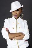 Junge schöne Afrikanerin-Aufstellung, einen Hut tragend stockfoto
