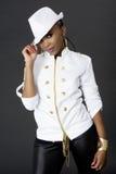 Junge schöne Afrikanerin-Aufstellung, einen Hut tragend lizenzfreies stockfoto