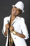 Junge schöne Afrikanerin-Aufstellung, einen Hut tragend stockbilder
