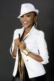 Junge schöne Afrikanerin-Aufstellung, einen Hut tragend lizenzfreie stockfotos