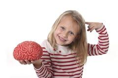 Junge schöne alte Spielen des Mädchens 6 bis 8 Jahre mit dem Gummigehirn, das den Spaß lernt Wissenschaftskonzept hat Stockbild
