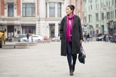 Junge schöne asiatische Frau im stilvollen grauen Mantel stockbilder