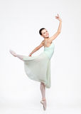 Junge schöne Ballerina auf einem blauen Hintergrund Stockfoto