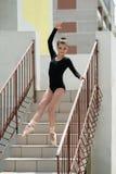 Junge schöne Ballerina, die auf der Treppe aufwirft Stockfotografie