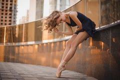 Junge schöne Ballerina, die draußen in eine moderne Umwelt tanzt Ballerina-Projekt lizenzfreies stockfoto