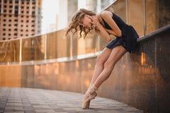 Junge schöne Ballerina, die draußen in eine moderne Umwelt tanzt Ballerina-Projekt stockbild