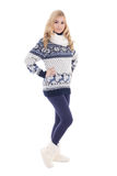 Junge schöne blonde Aufstellung in der Winterkleidung lokalisiert auf Weiß Lizenzfreies Stockbild