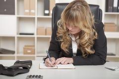 Junge schöne blonde behaarte Geschäftsfrau Stockfotografie