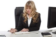 Junge schöne blonde behaarte Geschäftsfrau Lizenzfreie Stockbilder
