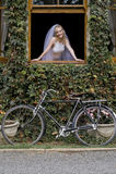 Junge schöne blonde Braut, die heraus Fenster schaut Stockbilder
