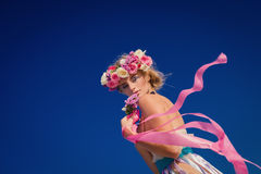 Junge schöne blonde Braut in einem Kranz, der auf dem Strand aufwirft Lizenzfreie Stockfotografie