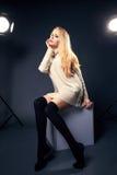 Junge schöne blonde Frau in der warmen gestrickten handgemachten Kleidung Vorbildliches Modeschießen Herbst, Wintersaison Lizenzfreies Stockbild