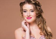 Junge schöne blonde Frau des Porträts mit langen hairdress Stockfotos