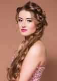 Junge schöne blonde Frau des Porträts mit langen hairdress Lizenzfreies Stockfoto