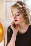 Junge schöne blonde Frau des Porträts mit langen hairdress Stockfotografie