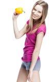 Junge schöne blonde Frau, die gelbes papper hält Stockfotos