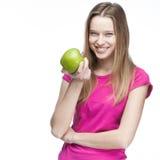 Junge schöne blonde Frau, die grünen Apfel hält Lizenzfreies Stockbild
