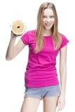 Junge schöne blonde Frau, die Pampelmuse hält Stockfotografie