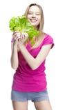 Junge schöne blonde Frau, die Salat hält Stockbilder