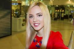 Junge schöne blonde Frau, die selfie mit Handy nimmt Lizenzfreies Stockbild