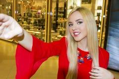 Junge schöne blonde Frau, die selfie mit Handy nimmt Lizenzfreies Stockfoto