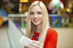 Junge schöne blonde Frau, die selfie mit Handy nimmt Stockfotos