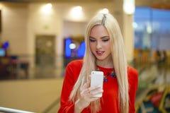 Junge schöne blonde Frau, die selfie mit Handy nimmt Stockfoto