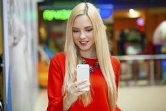 Junge schöne blonde Frau, die selfie mit Handy nimmt Stockbilder