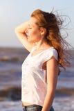 Junge schöne blonde Frau an einem plezha in fine Sommertag Lizenzfreies Stockfoto