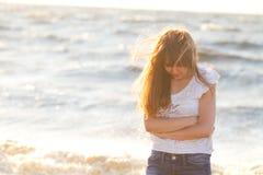 Junge schöne blonde Frau an einem plezha in fine Sommertag Lizenzfreie Stockfotografie