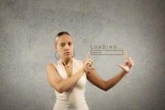 Junge schöne blonde Frau hält Hände in Form des Rahmens mit gezogener Ladenfortschrittsstange im Kopienraum Stockfotografie