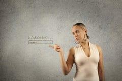 Junge schöne blonde Frau hält Hände in Form des Rahmens mit gezogener Ladenfortschrittsstange im Kopienraum Lizenzfreie Stockfotografie